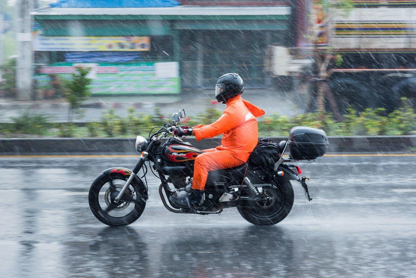 چگونه در هوای بارانی با موتورسیکلت رانندگی کنیم؟