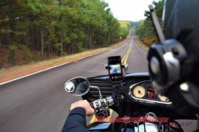 نقش اینترنت اشیاء در موتورسیکلت/ ابزاری برای ایمنی یا حواس پرتی؟