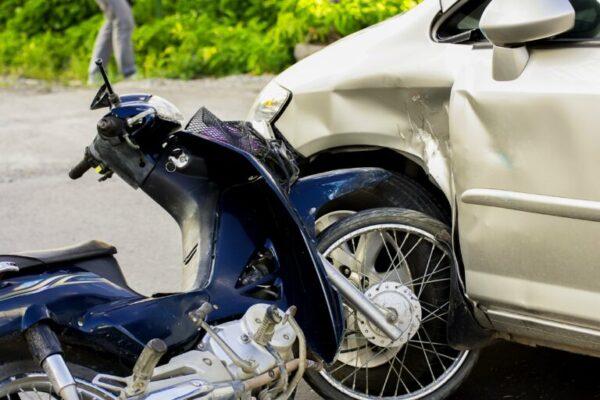 بررسی گزارشی با عنوان «مروری بر تصادفات موتورسواران و نحوه رانندگی ایمن» که در ۸۷ صفحه توسط پژوهشکده بیمه منتشر شد
