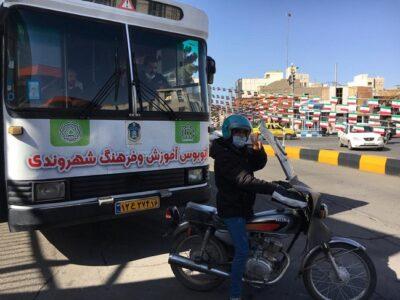 شروع فعالیت اتوبوس فرهنگی سازمان ترافیک قم برای آموزش به موتورسواران